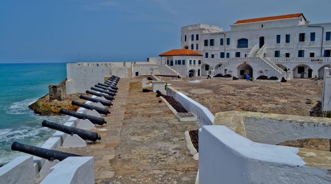 Volontärer i åker på weekendresor till fortet på Cape Coast i Ghana, Afrika.
